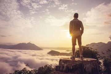 Mann Auf Einem Gipfel Über Den Wolken Wall mural