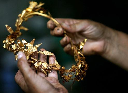-PHOTO TAKEN 24JUL05- Bulgarian archaeologist Daniela Agre shows golden wreath of laurels found at a..