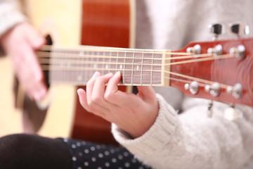 ギターを弾く女の子の手|小学生の女の子ポートレート