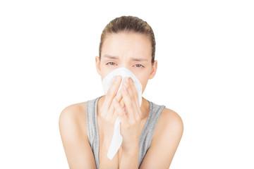 Donna si soffia il naso, allergia, raffreddore