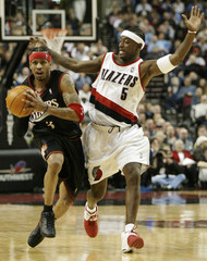 76ERS IVERSON GETS READY TO PASS WITH TRAIL BLAZER MCINNIS DEFENDING.
