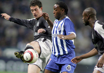 Porto's McCarthy is challenged by Chelsea's Gallas and Bridge during their Champions League match.