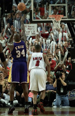 LAKERS SHAQUILLE O'NEAL SHOOTS FOUL SHOT AGAINST TRAIL BLAZERS.