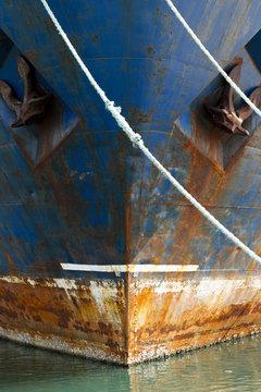 Viejo Barco atracado en Puerto para desguace