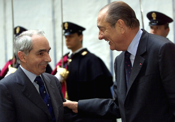 FRENCH PRESIDENT CHIRAC AND ITALIAN PRIME MINISTER AMATO TALK IN ROME.