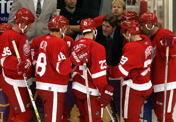 Detroit Red Wings coach Babcock talks with Franzen, Maltby, Schneider, Draper and Chelios during NHL game against the Mighty Ducks of Anaheim in Detroit