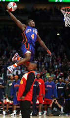 Knicks guard Robinson skies over 1986 slam dunk champion Webb during the slam dunk contest at the 2006 NBA All-Star Weekend in Houston