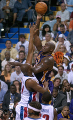 LAKERS ONEAL SHOOTS OVER PISTONS ELDEN CAMPBELL.