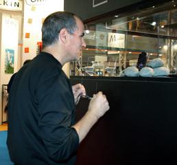Apple CEO Jobs visits Paris Apple Expo 2005.