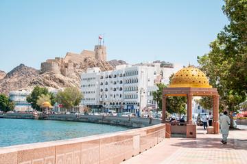 Widok na fort Muttrah i deptak Corniche w Muscat.