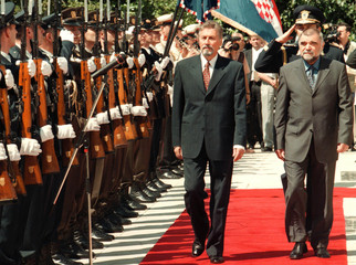 ROMANIAN PRESIDENT CONSTANTINESCU AND CROATIAN PRESIDENT MESIC PASS HONOUR GUARD.