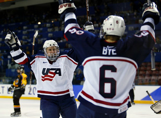 KING AND BYE OF USA CELEBRATE GOAL AGAINST GERMANY IN WOMENS ICEHOCKEY.