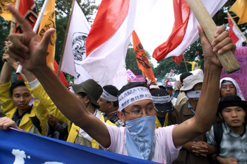 PROTESTERS OPPOSED TO INDONESIAN PRESIDENT WAHID RALLY OUTSIDE THE PRESIDENTIAL PALACE IN JAKARTA.