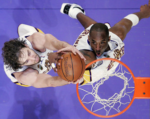 Lakers' Bryant and Gasol both lunge for rebound during NBA game against Grizzlies in Los Angeles