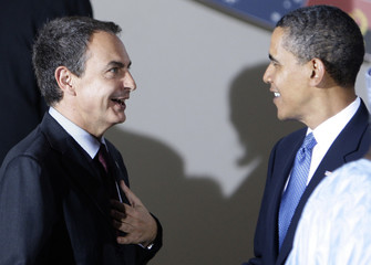 US President Obama speaks with Spain's PM Zapatero before a dinner at the G8 summit in L'Aquila