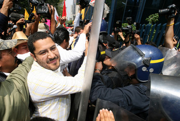 Supporters of PRD presidential candidate Obrador protest in Mexico City