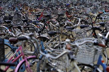 駐輪している一杯の自転車