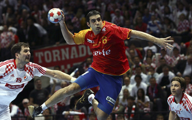 Spain's Arenas tries to score next to Croatia's Metlicic and Cupic during their Men's World Handball Championship preliminary match