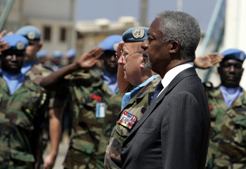 U.N Secretary-General Annan and UNIFIL commander Alain Pelligrini stand at attention in Naqoura