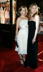 """Actresses Suvari and Aniston pose at premiere of """"Rumor has it..."""" in Hollywood"""