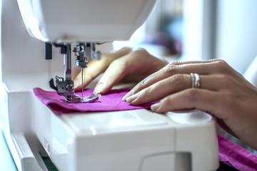 lavorare con ago e filo e macchina da cucire con stoffa colorata