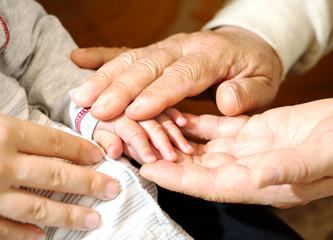 赤ちゃんの手とおじいちゃんの手とお母さんの手