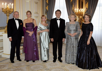 Ukraine's President Viktor Yuschenko (3rd R) poses with Dutch Queen Beatrix (2nd R) before a gala di..