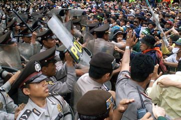 INDONESIAN POLICEMEN BLOCKS HUNDREDS OF STUDENT PROTESTERS IN JAKARTA.