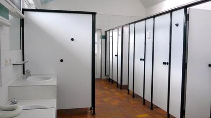 Öffentliche Waschräume, Duschkabinen und Toiletten