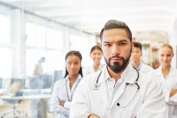 Selbstbewusster Arzt als Chefarzt