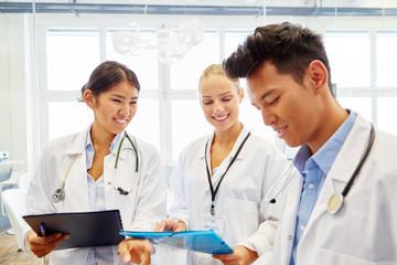 Studenten im Medizinstudium lernen zusammen