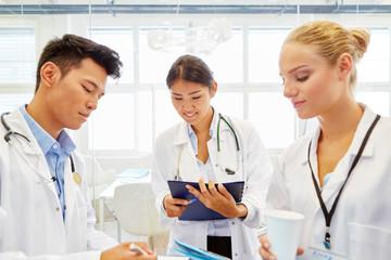 Junge Ärzte machen eine Schulung