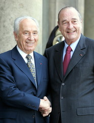 French President Jacques Chirac (R) welcomes Israeli Vice Premier Shimon Peres at the Elysee palace ..
