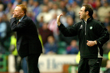 CELTIC'S COACH MARTIN O'NEILL AND RANGERS COACH ALEX MCLEISH SHOUT INSTRUCTIONS TO THEIR TEAMS DURING ...