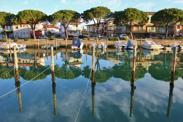 Foto auf Acrylglas Stadt am Wasser Canal and boats in Grado in bright morning light. North-Eastern Italy, Europe.