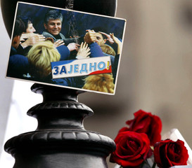 RED ROSES LAID BY CITIZENS BESIDE PICTURE OF ASSASSINATED PM DJINDJIC.