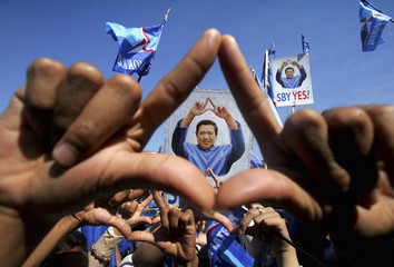 Supporters of the Democratic Party makes a sign of the party's symbol during a rally led by Indonesian President Susilo Bambang Yudhoyono in Makassar, South Sulawesi