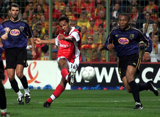 ARSENAL'S THIERRY HENRY SCORES AGAINST LENS DURING UEFA CUP SEMIFINAL MATCH.