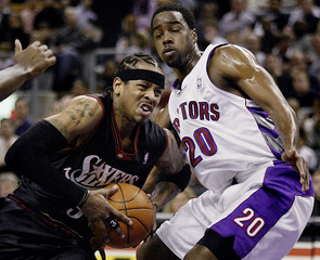 76ERS IVERSON DRIVES TO THE HOOP PAST RAPTORS WILLIAMS.