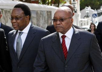 Motlanthe and Zuma arrive for Motlanthe's swearing-in ceremony as South Africa's president in Cape Town