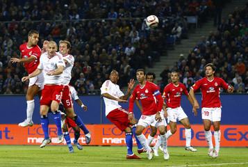 Hapoel Tel Aviv's Shechter scores against Hamburg SV during their UEFA Europa League soccer match in Hamburg
