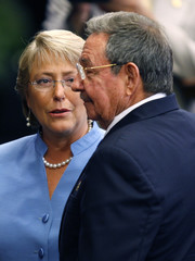 Chilean President Michelle Bachelet (L) talks to her Cuban counterpart Raul Castro during an official reception ceremony at the Revolution Palace in Havana