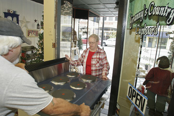 Donna Logan helps Jim Hollingsworth push a new kitchen stove into her gift shop in Wilmington