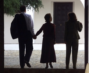 MEXICAN PRESIDENT FOX WALKS HAND IN HAND WITH WIFE NEXT TO SPANISH PMAZNAR'S WIFE WALK IN QUINTOS DE MORA.
