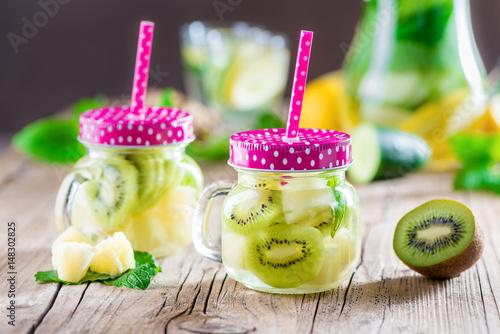Detox Getränk aus Kiwi und Ananas - Infused Water - Schlankwasser ...