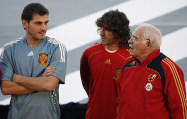 Casillas, Puyol and coach Aragones pose during presentation of new team kit in Madrid
