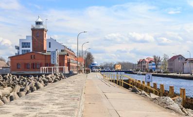 Darłówek - nadmorska, portowa i kąpieliskowa dzielnica Darłowa. Widok na port oraz latarnię morską od strony ujścia Wieprzy do morza. Okolice Słupska