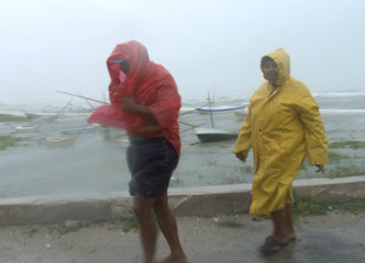 MEXICANS WALKS OFF BEACH AS HURRICANE ISIDORE APPROACHES THE COAST.