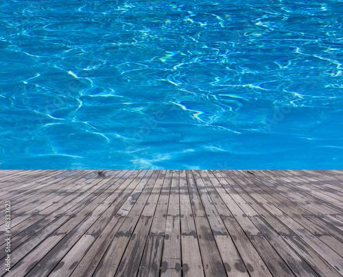 piscine bleue et plage bois mouill photo libre de droits sur la banque d 39 images. Black Bedroom Furniture Sets. Home Design Ideas
