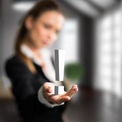 Geschäftsfrau präsentiert Ausrufezeichen